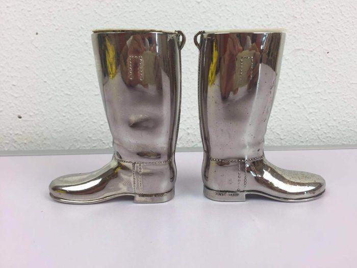 """Verzilverde """"jacht"""" borrel laarsjes (glaasjes) - zwaar verzilverd - Engeland - Midden 20e eeuw Zeldzame borrelglaasjes in vorm van een laars. Ze werden gebruikt tijdens/naar de jacht om een borrel in te schenken. Ze zijn gemerkt op de zijkant van de laars 'silver plated' en zijn zeer prijzig in Engeland als men ze nog kan vinden. Beide laarzen zijn zwaar verzilverd en wegen maar liefst 519 gram per paar."""