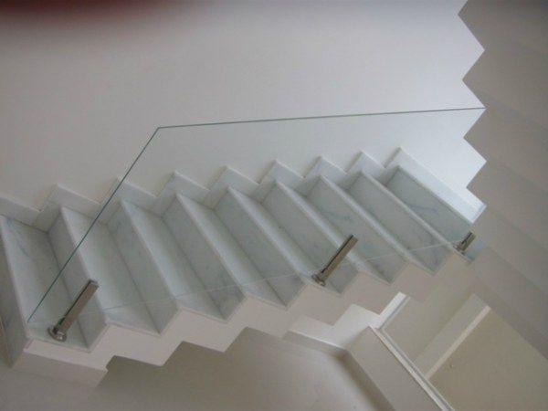O guarda-corpo em vidro, a definir ser será apoiado no degrau ou engastado (vide próxima imagem).
