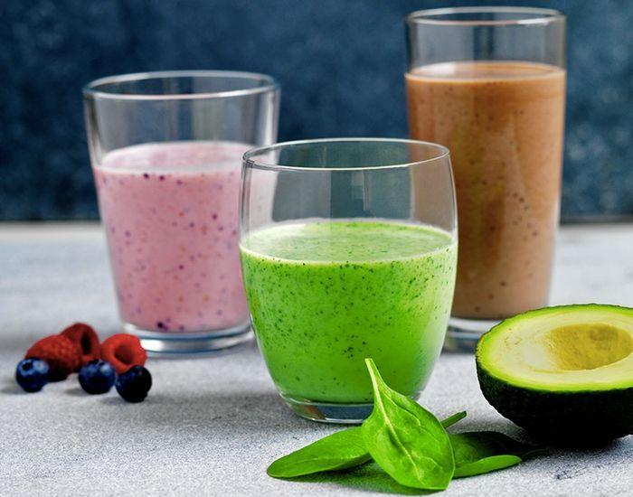 Opskrift på en grøn smoothie, der er perfekt til morgenmaden. Smoothien er lavet med avocado, banan, mandelmælk og babyspinat. En frisk start