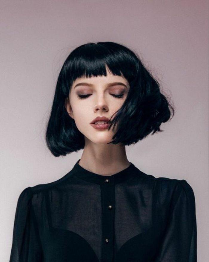 coupe de cheveux court femme, idée de carré plongeant court volumineux, frange sur le front, cheveux noirs