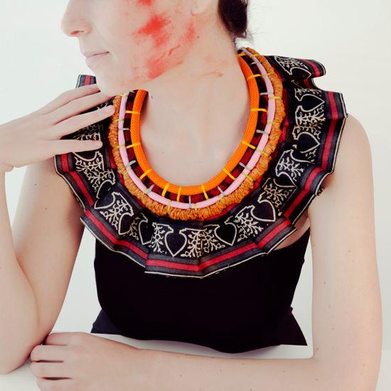 Braided cord and silk fabrics such as shantung o jacquard with an organza saree border frill.Cordón trenzado y de tejidos de seda como shantung o jacquard con volante de organza de greca de saree.
