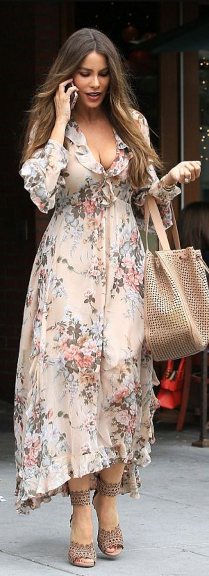 Who made  Sofía Vergara's tan sandals, handbag, and pink floral maxi dress?