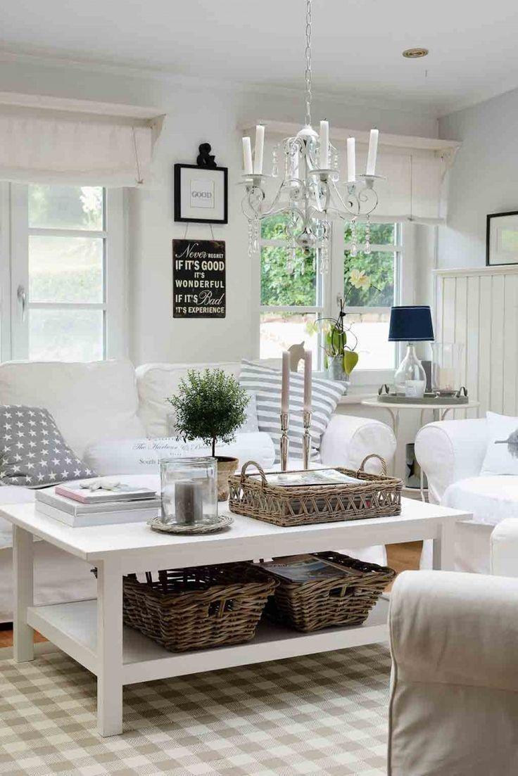 Weiße Sofa mit Hussen und Dekoration in Naturtönen ...
