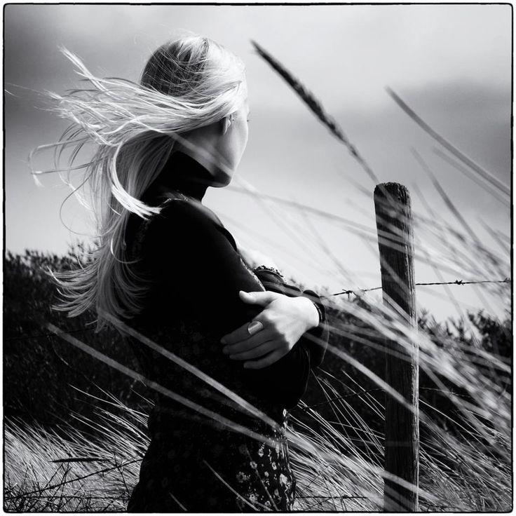 """Rüzgar - Cahit Külebi - """"Şimdi bir rüzgâr geçti buradan Koştum ama yetişemedim, Nerelerde gezmiş tozmuş Öğrenemedim. Besbelli denizden çıkıp Kıyılar boyunca gitmiştir, Tuz kokusu, katran kokusu, ter kokusu Yüreğini allak bullak etmiştir. Sonra başlamış tırmanmaya dağlara doğru Bulutları koyun gibi gütmüştür, Okşayıp otları yaylalarda Büyütmüştür. Köylere de uğradıysa eğer Islak, karanlık odalarda beşik sallanmıştır, Güneş altında çalışanlara İmdat eylemiştir."""