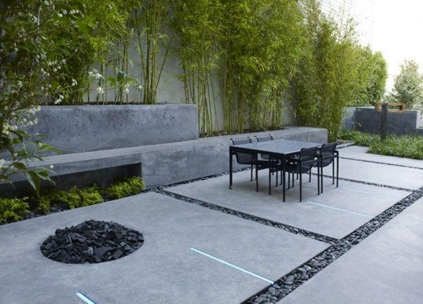 Un mur en béton caché par le bambou vert