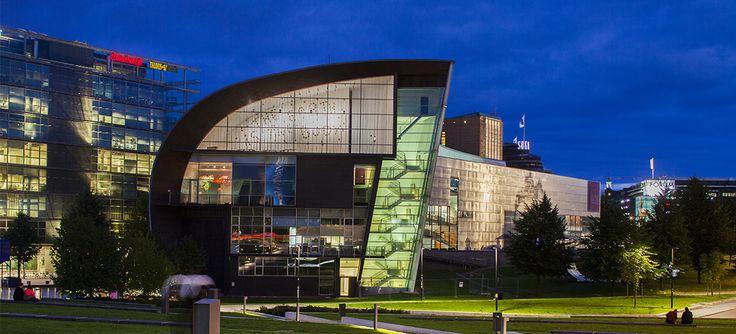 Kiasma on nykytaiteen museo, joka tekee tunnetuksi ja kerää oman aikamme taidetta – sitä, mitä taiteilijat tekevät juuri nyt. Kiasma on osa Suomen Kansallisgalleriaan. Kiasma-rakennus on merkittävä arkkitehtuurikohde aivan Helsingin ytimessä. Rakennuksen on suunnitellut yhdysvaltalainen arkkitehti Steven Holl. Kiasma avautui yleisölle vuonna 1998. Kiasman näyttelytilat ovat jakaantuneet neljään kerrokseen. Lisäksi Kiasmassa on teatteri, kirjasto ja …