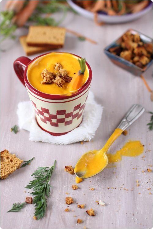 Cette soupe de carotte est très douce, très veloutée grâce à l'ajout de lait de coco. Au moment du service, j'ai servi des croûtons de pain d'épices que l'