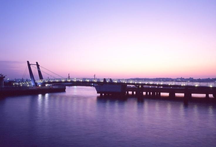 レトロな町並みが人気の門司港レトロ地区。夕空の中の可動橋ブルーウィング。