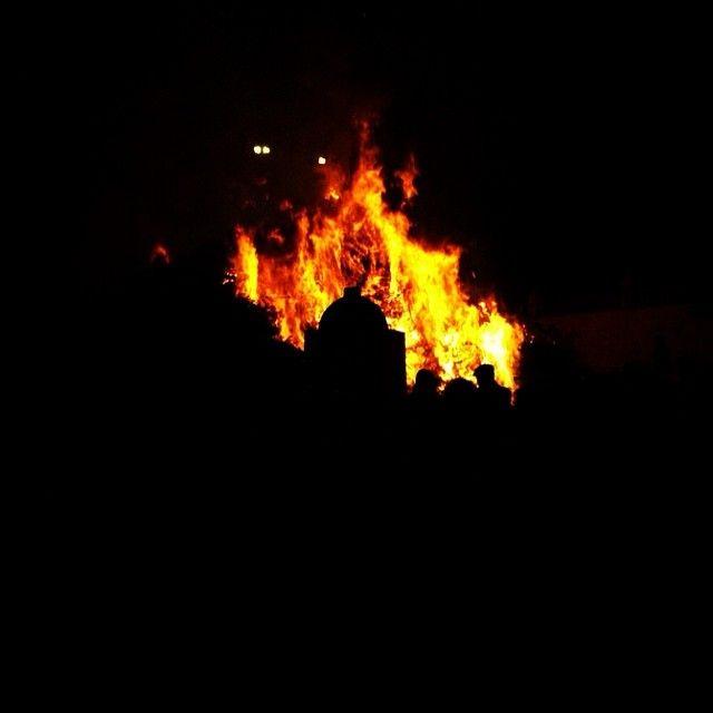 """Ogni anno in tanti centri della #Sardegna le notti del 16 e 17 gennaio si illuminano della luce dei falò accesi in occasione della Festa dedicata a Sant'Antonio Abate, patrono della pastorizia e dell'agricoltura. Si tratta di una delle feste più antiche e sentite dell'Isola in cui il sacro si mescola al profano.   La festa va avanti per diversi giorni segnando anche l'inizio del Carnevale e la prima uscita - """"sa prima essia"""" - delle maschere tradizionali."""