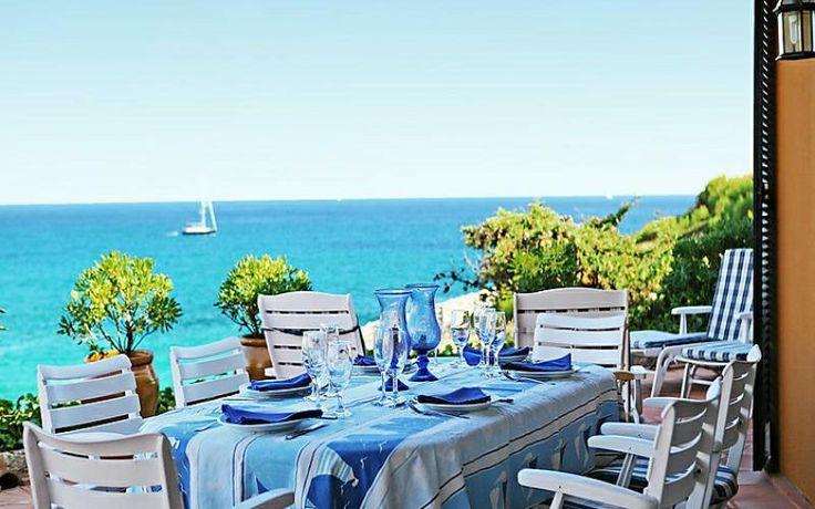 On passe du temps à table sur cette belle terrasse à Porto Cristo. Découvrez la location de vacances Es Mirador !