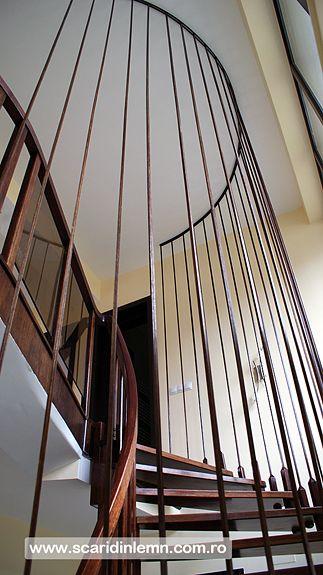 scara interioara din lemn cu trepte de lemn suspendate pe corzi