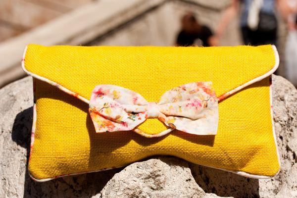 yellow-handbag-camisa-blanca-white-shirt-levis-shorts-pantheon-roma-mel-rose-place-027
