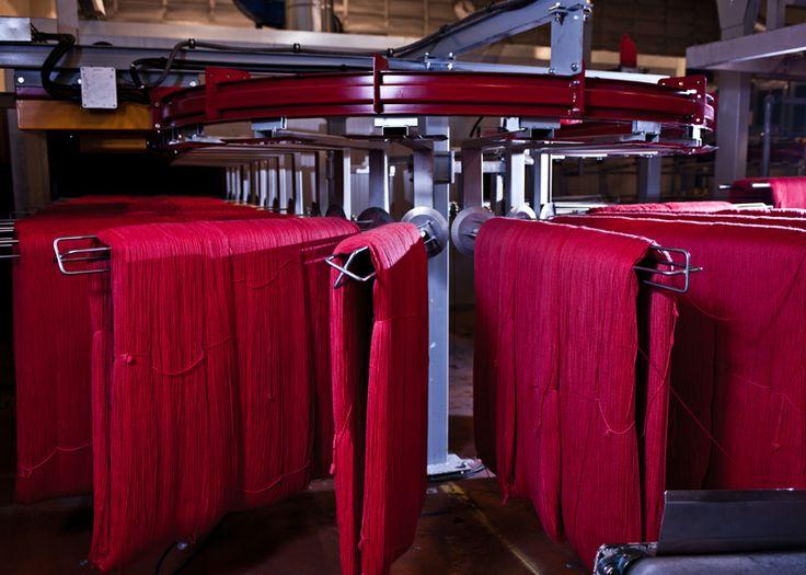Alt håndstrikkegarn farges på hespler #fabrikk #sandnesgarn