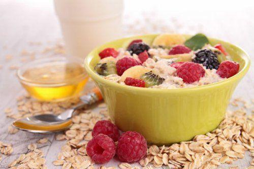 Chia-Samen und Haferflocken sind nicht nur reich an Vitaminen, Mineralien und Ballaststoffen, sondern sie verhelfen auch zu einem flachen Bauch