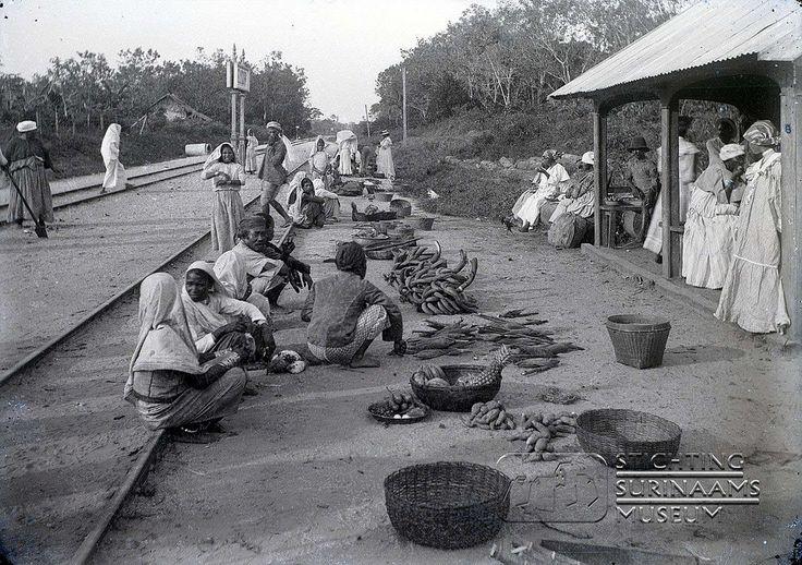 Markttafereel langs het spoor in Lelydorp  Datum: Locatie: Suriname Vervaardiger: Augusta Curiel Inv. Nr.: gn-57/7-01 Fotoarchief Stichting Surinaams Museum