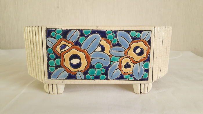 """Un beau point de Longwy, une plat/jardinière décorative dans belles couleurs chaudes: bleu, bleu foncé, vert et jaune. Une petite racine des cheveux à l'intérieur dans le coin. À peine visible Le """"point"""" par le bord est sous glaçure ... Dimensions: 20 x 7,5 cm."""