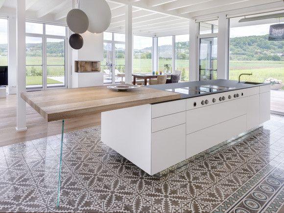 via zementmosaikplatten kochinsel mit blick in die landschaft - Weisse Kueche Mit Kochinsel