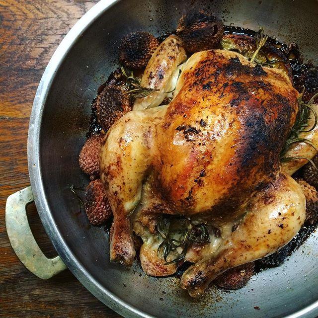 Wooden oven #roasted #han  with #rosemary, #garlic, #oranges, #lichi , #sichuan #pepper, #salt, #madera  #freakycooking Но никто птицу счастья сегодня есть не будет, потому что все порабощены кроликом медленно достигавшим совершенства в эльзасской жидкой сметане с деми-гляс и сицилийскими каперсами. Покойся с миром, дорогой товарищ.