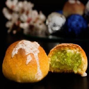 La ricetta dei muccunetti di Mazara del Vallo, dolcetti tipici della pasticceria siciliana a base di pasta di mandorle glassata e farcita di zuccata.