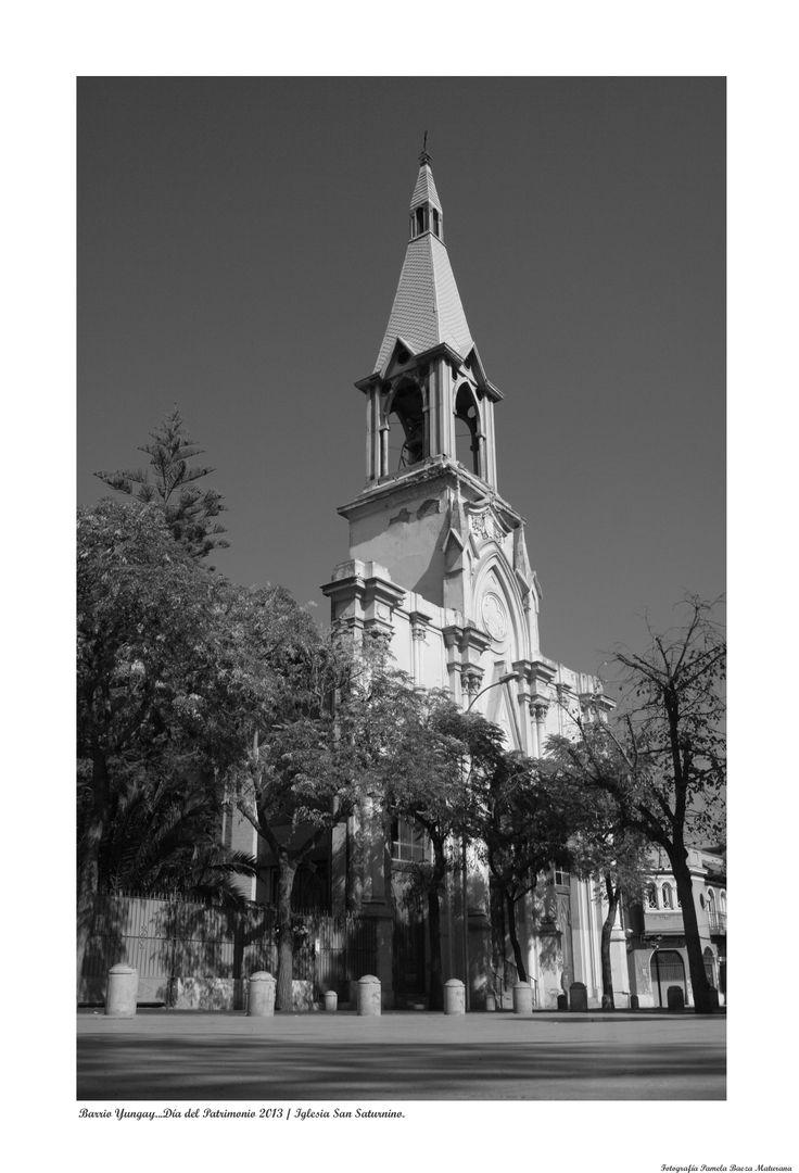 Iglesia San Saturnino frente a la plaza Yungay