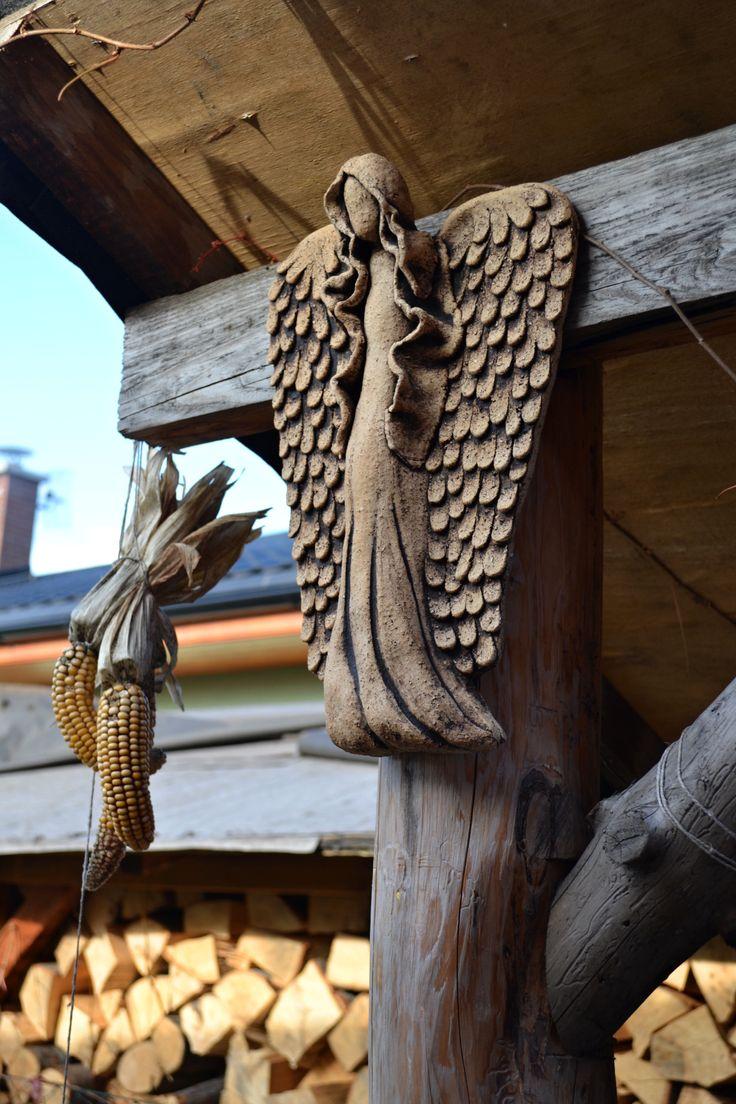 Anděl závěsný Anděl k zavěšení z šamotové hlíny, vyroben na přání mé milé zákaznice, tento je k mání pokud se Vám bude líbit. Pálený na vysokou teplotu. Vhodný do interiéru i do zahrady. Výška 36 cm.