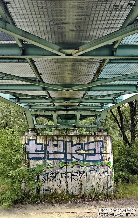 Pictografio: Under the green footbridge