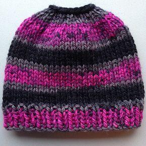 Um gorro desarrumado muito simples do bolo do knit que usa o fio volumoso do peso. Isso levou menos que ...