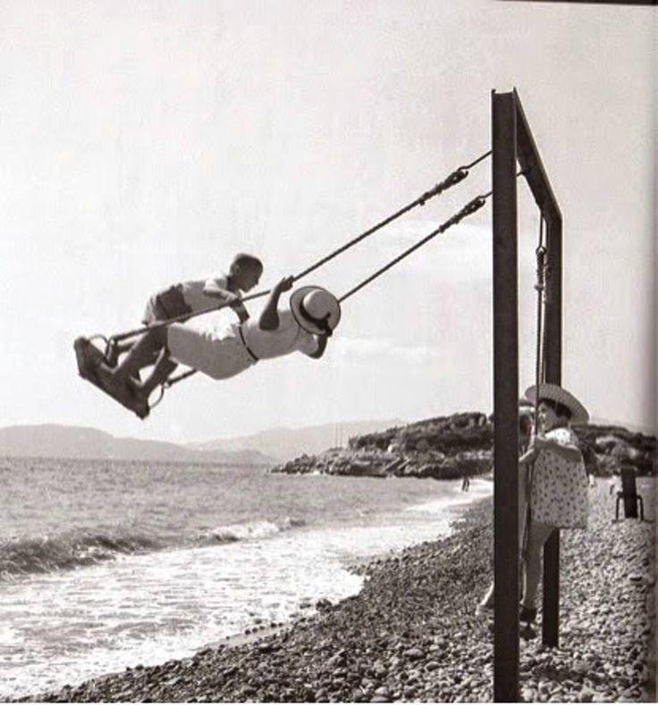 Κούνια στη θάλασσα. 1935-1950. Βούλα Παπαϊωάννου, Φωτογραφικά Αρχεία του Μουσείου Μπενάκη http://www.benaki.gr/