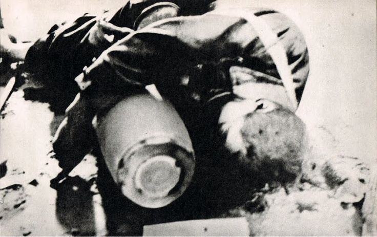 Ciekawa historia zdjęcia. Pochodzi z dnia 9 września 1939 r. Woźny Zarządu Miejskiego w Lublinie Jan Gilas podczas bombardowania usiłował usunąć, wynieść z Ratusza niewypał niemieckiej bomby, która spadała na budynek, przebiła się przez strop ale nie wybuchła. Woźny, aby ocalić budynek i ludzi wyniósł pocisk ale zmarł przy tym na zawał serca na schodach przed budynkiem do końca trzymając ładunek.  Dzisiaj jest tablica na ścianie ratusza upamiętniająca ten mały Wielki czyn