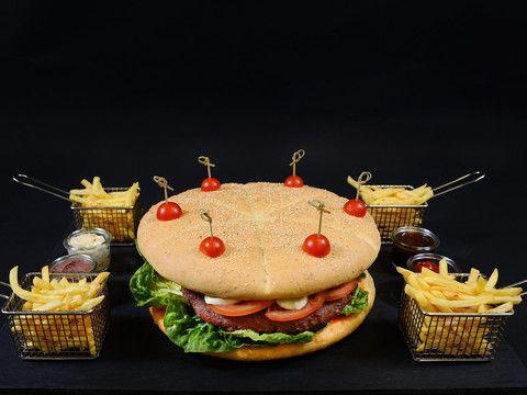 Czy burger zawsze musi być zwykłym kawałkiem mięsa w bułce? Okazuje się, że niekoniecznie. Zobacz jakie wariacje tego popularnego dania przygotował Marcin Sasin, szef kuchni w warszawskim Sheratonie. Pizzoburger, burger z krewetek i... #burger na słodko.