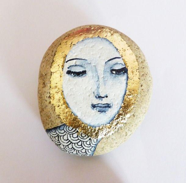 Galet peint acrylique, encre japonaise et feuille d'or, objet d'art décoratif et méditatif : Peintures par destoiles-auxbijoux