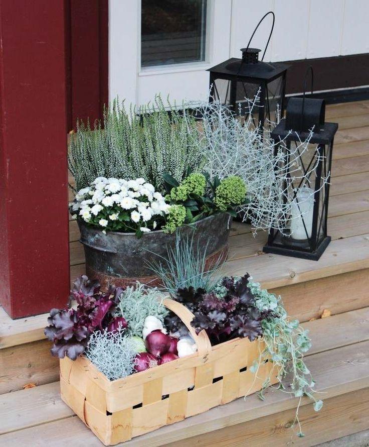 schöne Arrangements mit Herbstpflanzen in Zinneimern und Körben