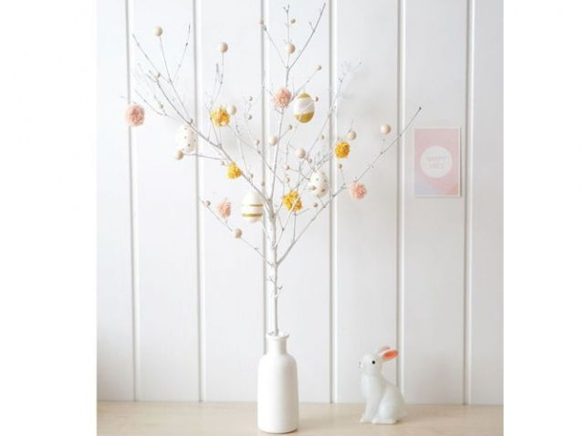 Décoration De Pâques Avec Oeufs Accrochés à Des Branches