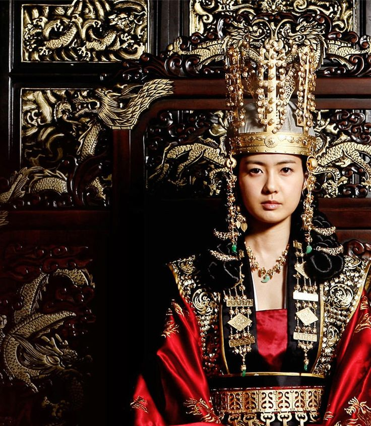 Actress Lee Yo-Won portraying Queen Seondeok of Silla. The Korean TV series, The Great Queen SeonDeok, can be watched on Hulu (Korean with English subtitles). I LOVE this series!