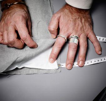 Come realizzare una tenda insonorizzante, punto 1: sovrapponi i due strati di tessuto con l'imbottitura in mezzo.
