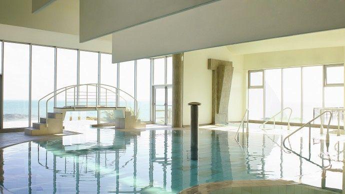 Belle piscine intérieure du Sofitel Quiberon Thalassa Sea & Spa www.spadreams.fr/pas-cher/france/bretagne/quiberon/sofitel-quiberon-thalassa-sea-spa/  www.spadreams.fr/thalasso-spa-cures/   #thalasso #france #piscine