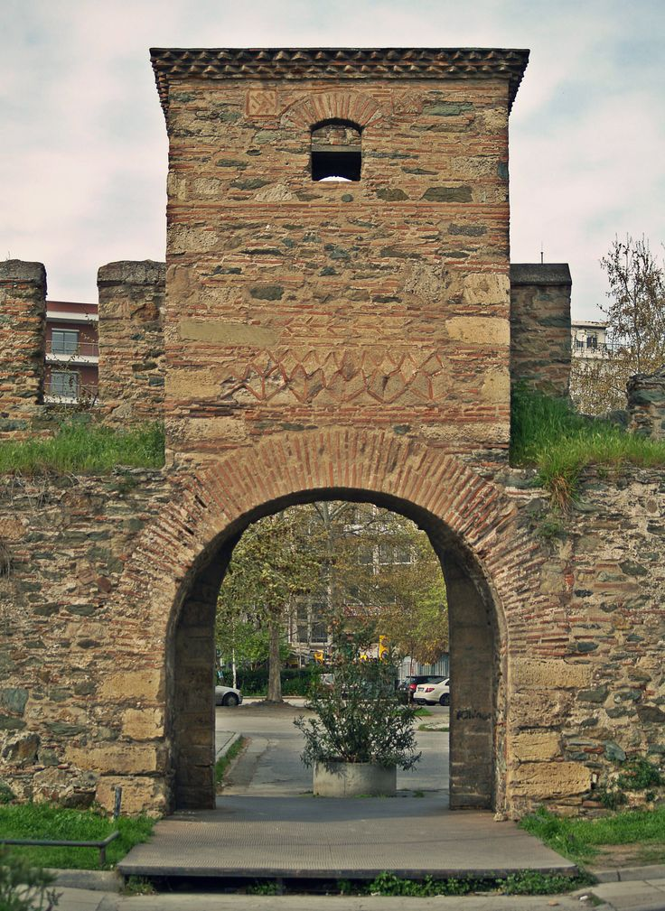 The main gate of Top Hane Fortress. (Walking Thessaloniki - Route 07, Western Wall)