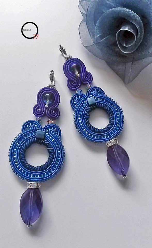 Orecchni soutache blu e viola con perline rocailles, perle in vetro boemia, cristalli sfaccettati, monachella e separatore con strass. Design Giada Zampar -Opificio77-