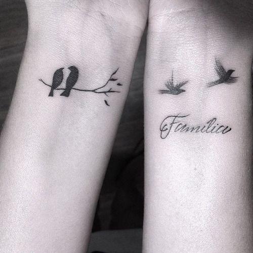 Tatuages de Familia vemos uno en la mano de la mujer significando dos pajaritos en una rama y en el otro los pajaritos sueltos significando compañia y familia