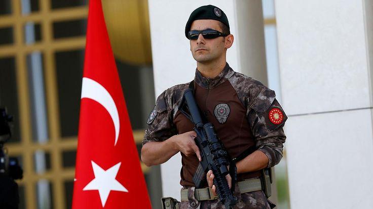 Konsequenzen des Umsturzversuchs: Türkei suspendiert 12.800 Polizisten