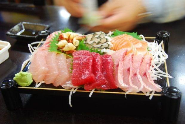 Nella cucina giapponese il sushi (寿司 / 鮨 / 鮓 sushi?) è un cibo a base di riso insieme ad altri ingredienti come pesce, alghe, vegetali o uova. Il ripieno può essere crudo, cotto o marinato e può essere servito appoggiato sul riso, arrotolato in una striscia di alga, disposto in rotoli di riso o inserito in una piccola tasca di tofu.