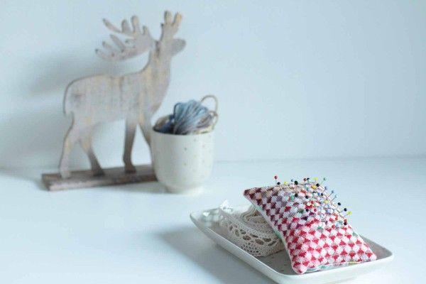 Vyšívaný jehelníček, křížkové vyšívání, crossstitches, hand embroidered pincushion