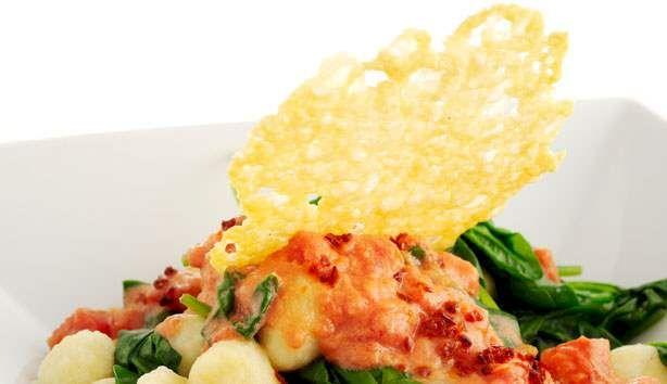 Hurtig grøn mad, som smager forrygende med den sprøde, bagte ost.