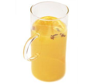 Apelsinglögg är en varm och samtidigt läskande drink. Värm varsamt apelsinjuice, äppeljuice och apelsiner tillsammans med honung, kanelstång, kardemumma och nyriven ingefära. Spetsa med vodka och servera i fina glas med apelsinskivor på kanten.