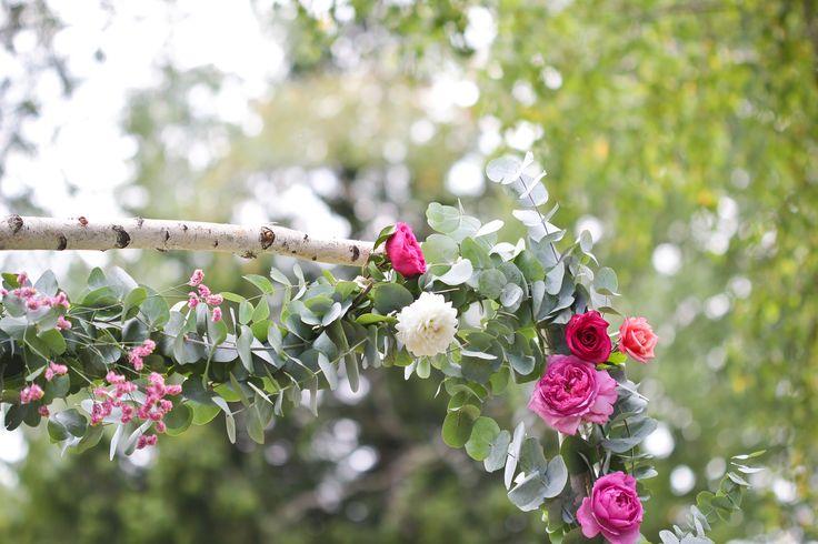 Le 18 juillet, j'étais en Bourgogne pour le joli jour de Pauline et Bertrand. Malgré une météo menaçante, nous avons espéré jusqu'au bout et pour cause, aucun orage n'est venu gâcher la fête. La réception s'est donc tenue en extérieur sous les arbres et la cérémonie face à un étang. Une ambiance colorée avec des notes rétro pour ce 8e mariage de la saison.