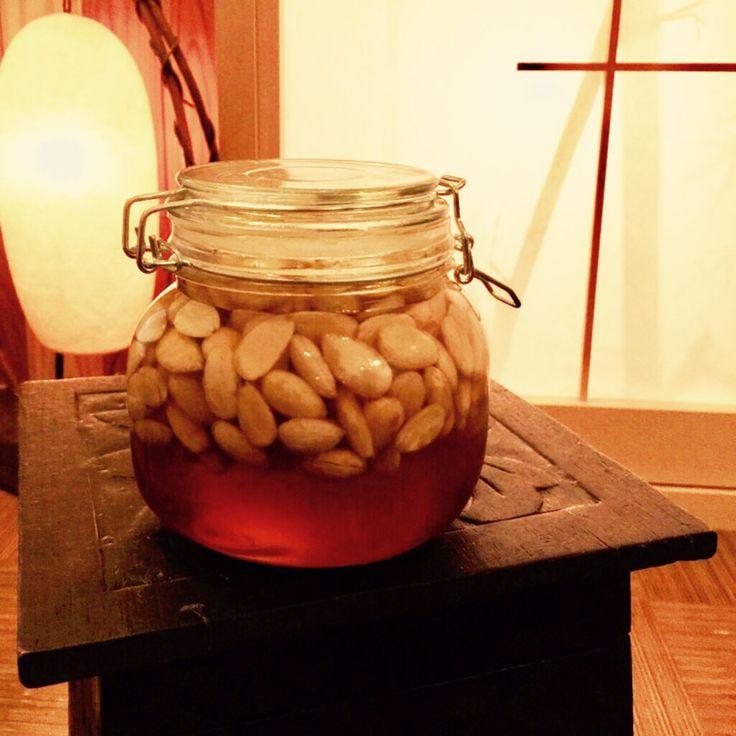 アーユルヴェーダ はちみつ漬けアーモンド    アーユルヴェーダでは皮の摂取は身体を冷やし乾燥にも!皮を剥くひと手間とローストされていない生アーモンドに非加熱蜂蜜を。 光月(ひかる)    材料 生アーモンド 約200g 生蜂蜜(非加熱) 約800ml 作り方 1 アーモンドはお湯を張ったボールに入れ約30分、ぬるま湯くらいで皮を剥きキレイなお水に浸けて一晩寝かせます。 2 朝、ザルにあけ水気をきり、更に 水分を飛ばすために、キッチンペーパーなどの上に並べカラカラに乾かします。 3 アーモンドの表面に水分がなくなれば、保存容器に入れ、その中に生蜂蜜を入れて完成です。 コツ・ポイント お水のままだと皮が剥きにくいのでお湯に30分浸すとアーモンドの皮がカンタンに剥けます。 レシピの生い立ち アーユルヴェーダではアーモンドや蜂蜜は心が喜ぶ食べ物です。但し!朝、7粒と限定されています。 蜂蜜はサラダやヨーグルトにかけても美味しいです。 常温でお召し上がり下さい。 レシピID:4212167