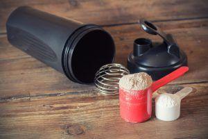 Ob für Muskelaufbau oder zum Abnehmen - Bereite dir gesunde Eiweißshakes mit einem Proteinshaker zu! Wir zeigen dir die besten Proteinshaker im Test. :)