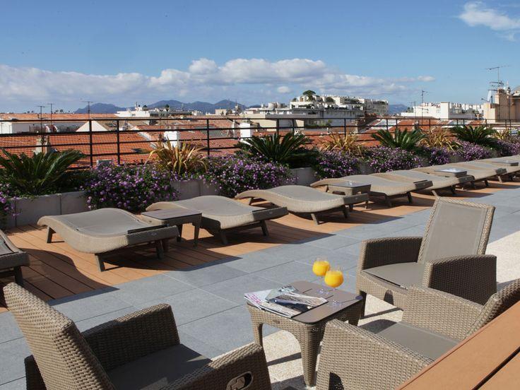 Toit terrasse d'un hôtel à Cannes. Nous avons mis en place la partie paysager de ce toit terrasse. Une ambiance zen et chaleureuse dans un univers moderne et contemporain.
