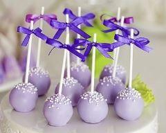 Cake pops romantiques de chocolat au lait à la violette