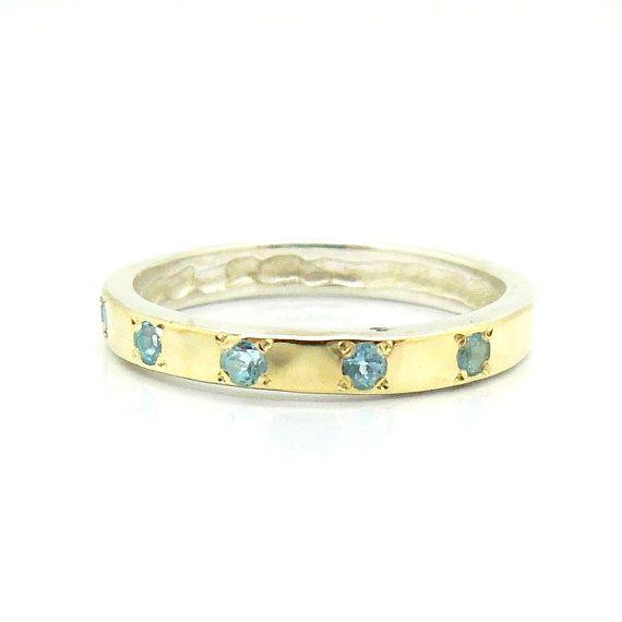 zilveren ring gehamerd goud blauwe topaas band HadasGold